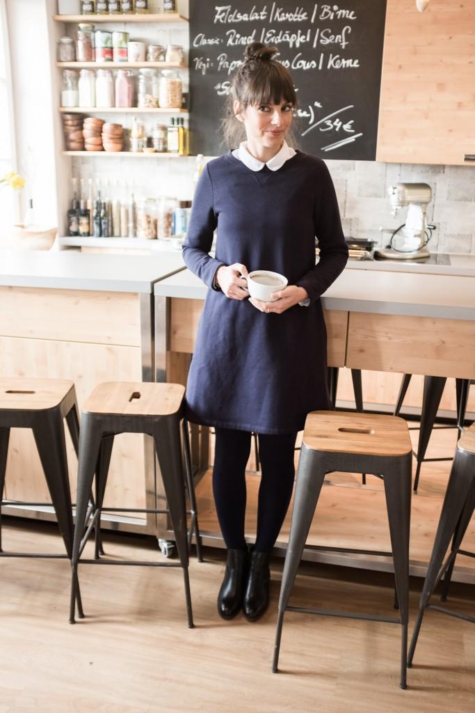 Kleid: Cos ähnlich hier; Bluse: Cos ähnlich hier; Chelsea Boots: H by Hudson ähnlich hier. Location: Bachstelze