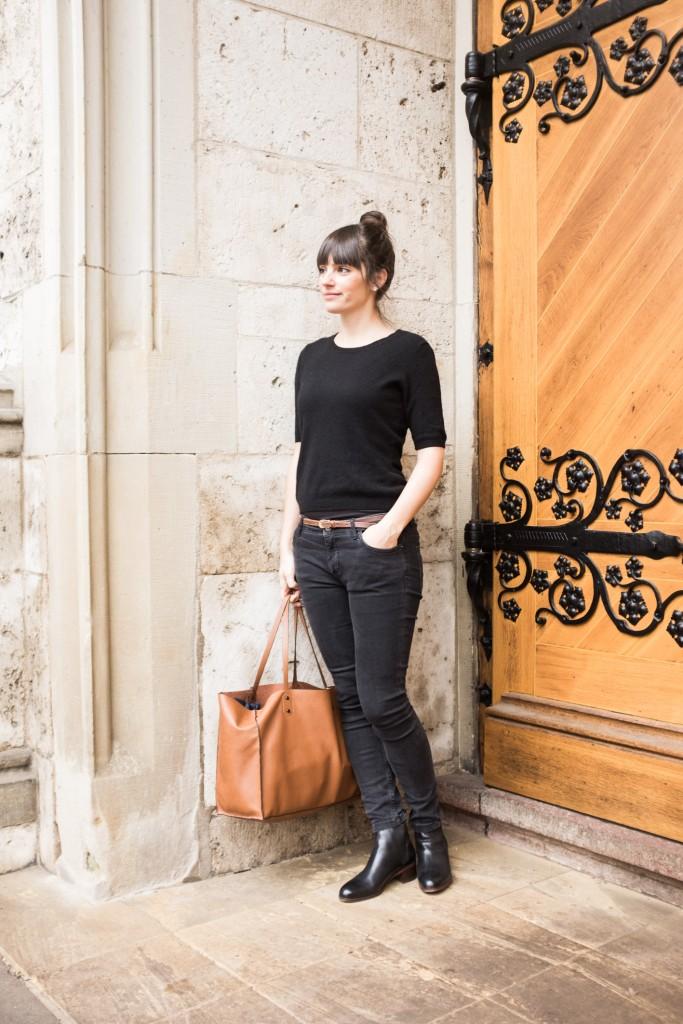 Cashmere Kurzarmpullover: FTC ähnlich hier; Jeans: Zara ähnlich hier; Chelsea Boots: H by Hudson ähnlich hier; Tasche: Zara ähnlich hier; Ledergürtel: ähnlich hier