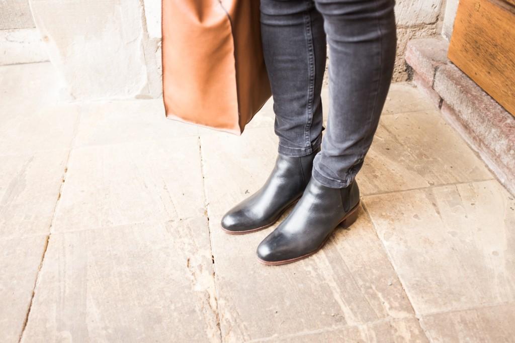 Chelsea Boots 4 ways to wear the classic shoe. Hudson cashmere stripes uniqlo mango zara black blue tip tipps Damen Schuhklassiker Schuhtipp Jeanshemd Dutt wie trägt man chelsea boots Anja Krause anjiko Blog blog.anjiko.com