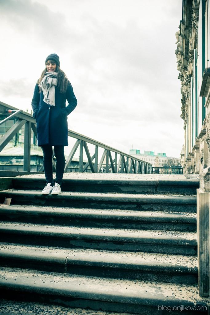 Kaschmirmütze: Cos, ähnlich hier; Schal: Cos, ähnlich hier; Mantel: Zara, ähnlich hier und günstiger hier; Jeans: Seven for all Mankind, ähnlich hier, Sneaker: Adidas Stan Smith, hier.