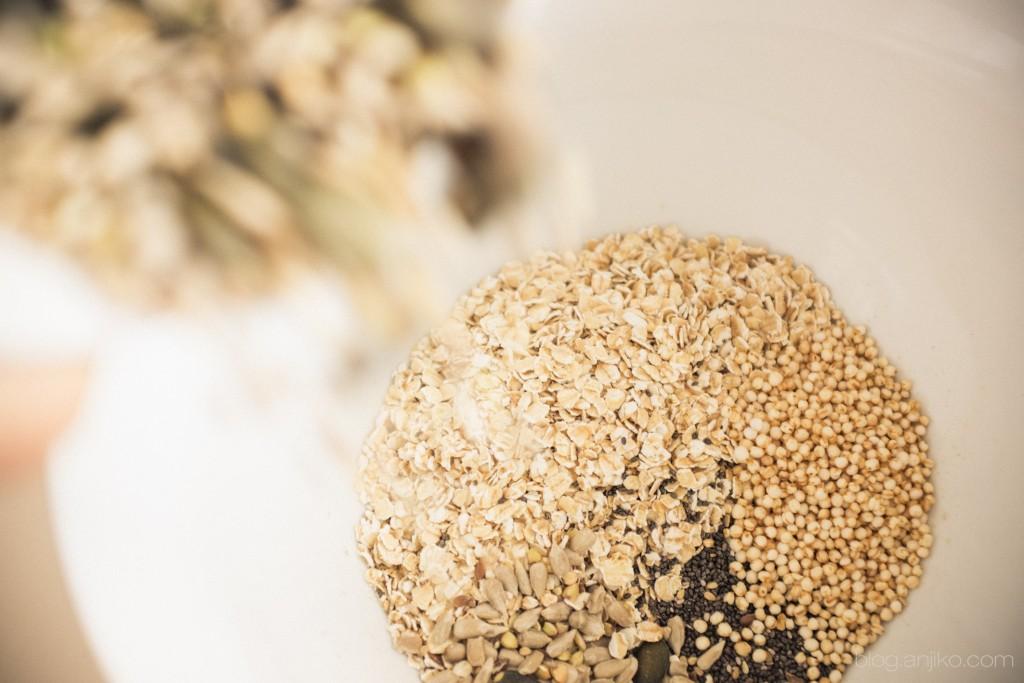 Rezept: Crunchy Müsli mit Quinoa, Chia und Kokosöl einfach und schnell selbstgemacht. Rezept im Blog. blog.anjiko.com Anja Krause Anjiko Anjikoblog superfood vegan Aronia gesund Frühling diy kochen knuspermüsli