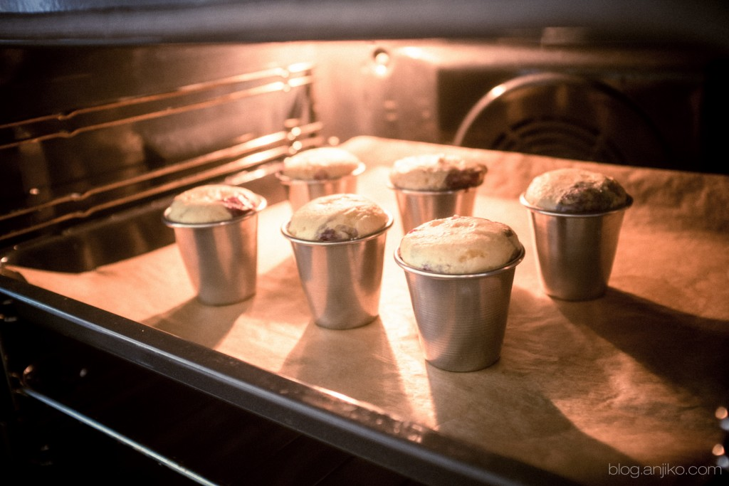 Rezept: Saftige Jogurt Beeren Törtchen. Einfach und schnelles Frühlingsrezept im Blog Anjiko.com Anjikoblog Backen schnell einfach Anja Krause DIY Frühling Saftig Muffin Tipp Yummy Anjiko Blog