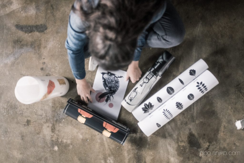 Dekorieren mit Postern. Tipps und Tricks rund um die Kunst auf Papier in meinem Blog. Anjiko. Anjikoblog, Anja Krause, Blog, Poster, Kunst, Dekoration, Posterlounge, Onlineshop, gewinnen, Gewinnspiel, Facebook, Instagram, Kommentar, Gutschein, Art, Poster, Wallart, Wände, Interior, Einrichten, Living, Lifestyle, Tipps, Tricks, Neujahr, 2017, frischer Wind, Wohnung, Haus, Umdekorieren, Dekotipp, Preis, gpnstig, einfach, schnell, Lifestyleblogger, Modeblogger, Interiorblogger, Papier