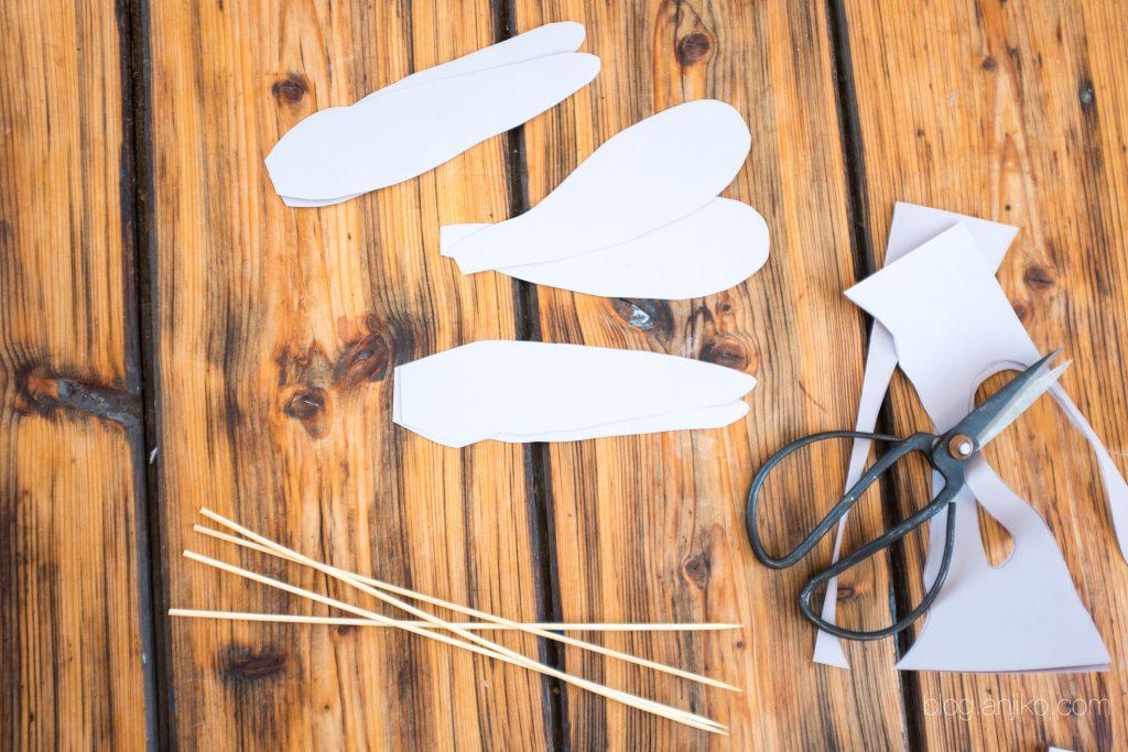 Hübsche DIY Papierfedern. Frühlings- und Osten-Deko schnell und einfach selbermachen. Anleitung gibts im blog.anjiko.com Anjikoblog, Anja Krause, DIY, Basteln, Federn, Papierfedern, Kreativ, Osterdeko, Osterdekoration, Frühlingsdeko, Frühlingsdekoration, Lifestyle, rosa, weiß, edel, günstig, schnell, Papier, Pappe, Blumen, Blog, Blogger, Lifestyleblogger, Tipp, Basteltipi, Bastelanleitung, Anleitung